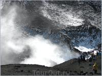 Один из четырех крупных кратеров. Всего на вулкане от 200 до 400 боковых кратеров.