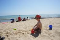 А кто-то сразу принялся играть в песочке :)