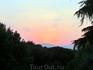 Закатное солнце расцвечивает небо в какие-то немыслимые цвета.