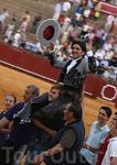 Португальский торреро выступил лучше всех: за два отрезанных уха он удостаивается чести быть вынесенным с арены на плечах друзей. Его маленькая дочь может ...