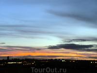 На прощанье город дарит дарит мне еще один потрясающий закат. Посмотрев на  последние лучи заходящего мадридского солнца, я иду паковать чемодан.