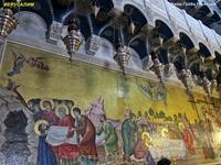 На стене мозаика с тремя сценами: Снятия с креста, Миропомазания и Положение во гроб.