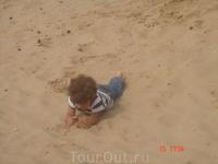 очень мне понравился этот киндер, сам с собой играющий на почти пустынном пляже