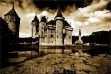 Говорят здесь можно встретить призрак рыцаря Конрада, владевшего замком в Средние века. Бедняге не повезло и он утонул в крепостном рву у стен собственного ...