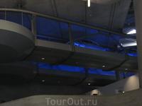 Это кусочек конвейера, на котором собранные корпуса машин отправляют на покраску