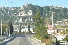 Дорога из аэропорта имени  Федерико  Феллини   Римини  в  государство Сан- Марино заняла около 40 минут,если верить гиду,проехали чуть больше 30 км. Впереди ...