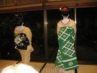на фото наглядно видно, что у майко-сан пояс-оби длиннее и нарядней