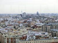 На горизонте - телебашня, которую мадридцы называют Piruli, и башни бизнес-центра на площади Колумба.