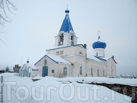 Церковь Архангела Михаила (каменная; сооружена псковскими мастерами в 1462 г.; придел и колокольня в 1854 г.), считается единственным сохранившимся в области ...