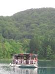 16 озер с кристально чистой изумрудной водой, связанных между собой сотнями великолепных водопадов. Туристов перевозят на речных трамвайчиках по озеру ...