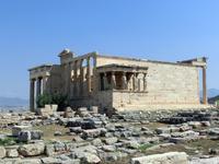 За храмом Эрехтейон шумит серебристой листвой олива. Она оказалась здесь не случайно. Родословная высокочтимого греками дерева уходит в далекое прошлое. По сведениям древнегреческого историка Геродота