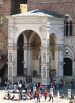 Часовня  Капелла ди  Пьяцца  выстроена  на Кампо в память избавления  города от чумы в 1348 году,которая унесла три четверти населения Сиены.
