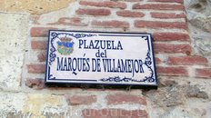 Дворец находится на маленькой площади, носящей имя маркизов Villamejor.  Что в Гвадалахаре красивое, так то таблички с названиями улиц. На табличке можно ...