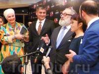 На пресс-конференции после фейерического показа своей коллекции в Ташкентском цирке Стефано Риччи (он на фото в центре - очень похож на Карла Маркса) заявил ...