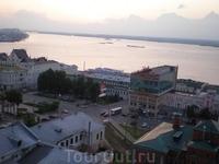 Вид на Волгу от стен Кремля. Если приглядеться, даже можно увидеть наш теплоход на причале:)