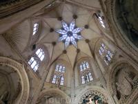 Восьмиконечная звезда на куполе cimborrio капеллы как символ бесконечности.