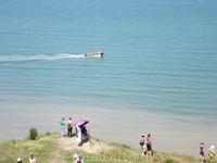 На море люди купались и катались на лодке (загрузилось не по порядку)