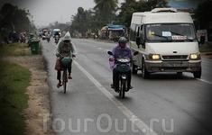 Тьма народу на велосипедах и мопедах, плохие дороги и влага повсюду…