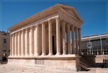 Квадратный Дом, храм, посвященный внукам Августа, представлял собой по изяществу чудо греко-римской архитектуры. Во II веке была закончена арена; она сохранилась в неприкосновенном виде и до сих пор,