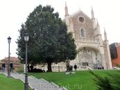 Я вышла из ботанического сада, обошла музей Прадо и заметила, что открыта церковь, которая обычно закрыта и я никогда не была внутри нее. Итак, Iglesia ...