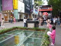 Пекинская пешеходная улица в старом центре Гуанчжоу – популярная улица народных гуляний и торговли.