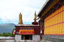 На протяжении всей своей тысячелетней истории монастырь неоднократно разрушался и восстанавливался. Самый серьёзный ущерб монастырю был нанесён во времена Культурной Революции. Здания монастыря были з