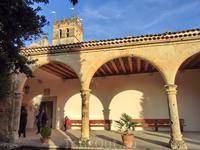 Так выглядит claustro de la portería (я бы перевела как двор с портиками).