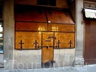 И вот таких старинных магазинчиков с украшениями.