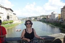 С  открытой  площадки в центре пролетов моста Понте Веккьо открывается восхитительный вид на город и реку, вдали виден мост Грацие.