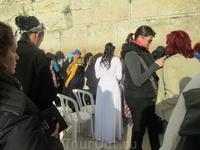 Подъехавшая пара молодоженов молилась через перегородку – жених на своей стороне, невеста на своей. Молились, наверное, об общем своем счастье…  Молодая ...