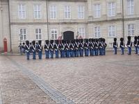 Солдаты лейб-гвардии несут здесь постоянную службу.