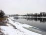 Вдалеке виднеется мост через Днестр. Он довольно высокий и длинный, разделен на две части: автомобильную и железнодорожную.