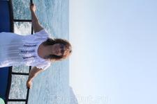 в море
