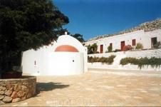 Путники, забредшие в монастырь поздно ночью, могут за пожертвование перекусить и переночевать в свободной келье.