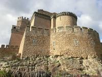 В этом небольшом городке два замка, но первый, это развалины. Для строительства этого замка, замка Мендоза, частично использовались кирпичи из стен первого укрепления. До руин мы не доехали, замерзли