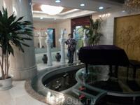 В холле гостиницы ( в пруду плавают рыбки)
