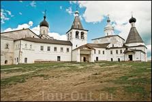 Во дворе монастыря.