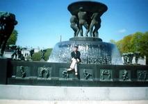 Скульптурный фонтан напротив входа в парк скульптур Вигеланда
