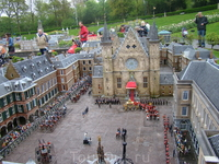 Узнали? Это здание нидерландского парламента в Гааге &quotХет Бинненхоф&quot, фотографии которого были чуть выше! Работа над одним таким зданием продолжается 4 года! Основной материал плостмасса, т.к.