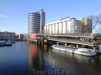 Стоянка canal bus катера которые плавают по каналам с целью обозрения городских красот.