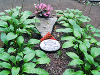 на старом братском кладбище похоронен шведский король Магнус, принявший имя Григорий