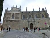 Здание церкви выложено из цельных кусков гранита.  Изначально церковь планировалась как будущая усыпальница «Католических королей», однако впоследствии ...