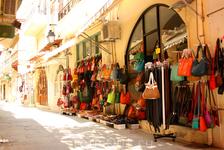 На улицах Ретимно разноцветная коллекция сумок
