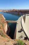 Строительство началось в 1956-м году с возведения плотины Глен-Каньон Дэм высотой 178 м. Завершилось строительство в 1960-х, но только к 1980 году сине-зеленые воды реки Колорадо заполнили озеро целик