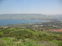 Галилейское море из окна автобуса. Мы едем на место крещения Иисуса.