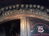 Черепы в качестве украшения входа - привыкайте) В Чехии жизнь и смерть всегда рядом...