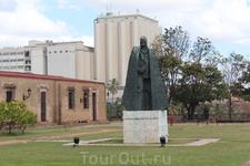 Во внутреннем дворе крепости стоит статуя Гонсалеса Овеидо- командира крепости