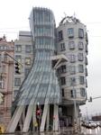 А это так называемый Танцующий дом, он был задуман как архитектурное воплощение танцующей пары, иногда его еще называют &quotДжинджер и Фред&quot. Это офисное здание, построенное Владо Милуничем совме