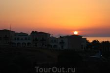Вид на закат с кровати моих апартаментов в Панормо.