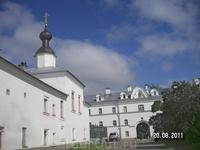 Церкви по периметру монастыря. Погода улучшилась - такая нечасто бывает здесь